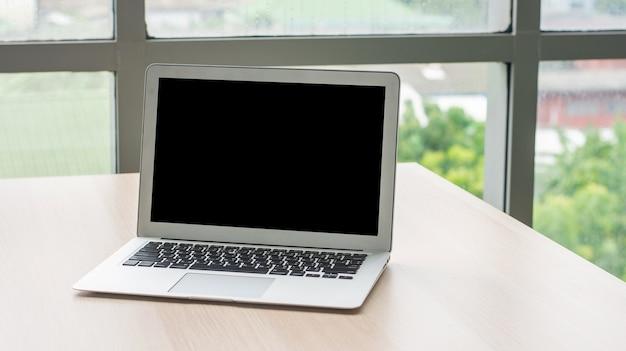 Komputer notebook ekran pusta kopia specyfikacji na biurku w biurze, komputer przenośny