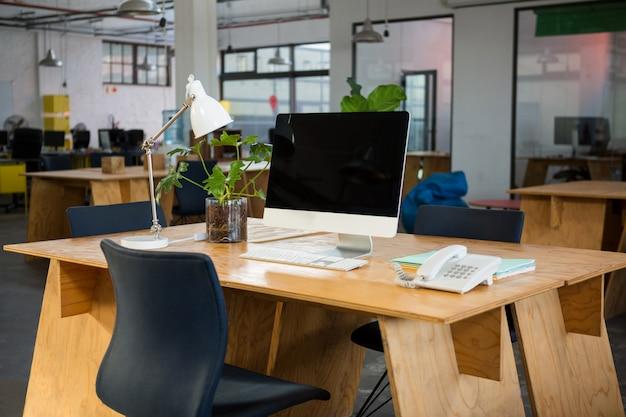 Komputer osobisty i telefon stacjonarny na biurku