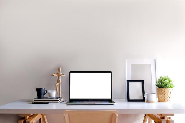 Komputer przenośny loft obszaru roboczego na stół z drewna. kopia przestrzeń i pusty ekran do montażu grafiki.