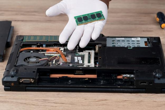 Komputer przenośny został zdemontowany w celu naprawy wyposażenia wewnętrznego.