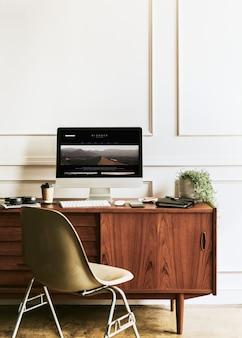 Komputer przez planistę dnia na drewnianym stole