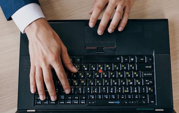 Komputer stacjonarny laptop praca biurowa technologia szkolenia z bliska finanse