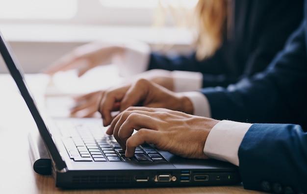 Komputer stacjonarny laptop technologia komunikacji biuro specjalistów internetowych