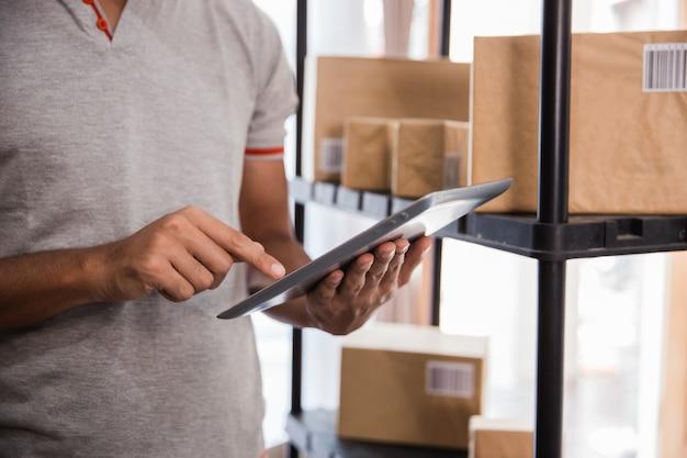 Komputer typu tablet i pakiet w tle