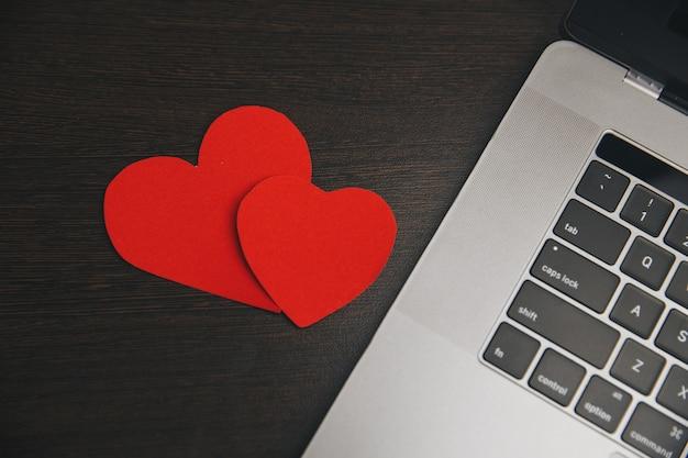 Komputer z czerwonymi sercami na stole