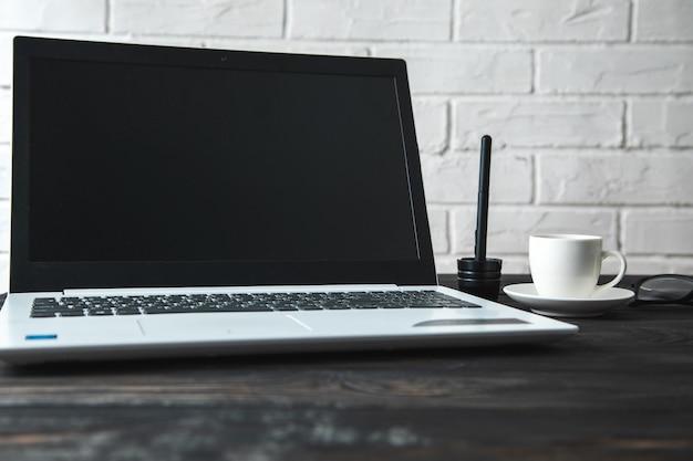 Komputer z kawą na stole