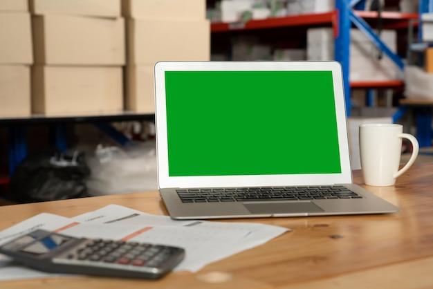 Komputer z zielonym ekranem w pomieszczeniu magazynowym