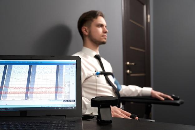 Komputer ze schematami pulsów wskazującymi na test kłamstwa