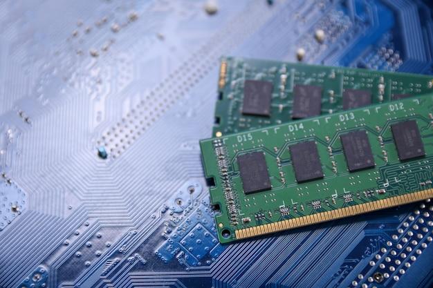 Komputerowa pamięć ram na płyty głównej tle