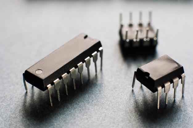 Komputerowe mikroczipy na czarnym biurku