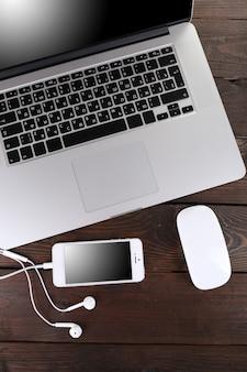 Komputerowe urządzenia peryferyjne i akcesoria do laptopa na drewnianym stole