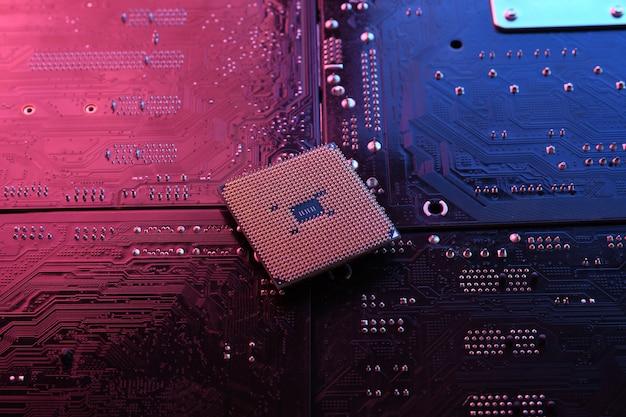 Komputerowy procesor cpu chip na tle płytki drukowanej