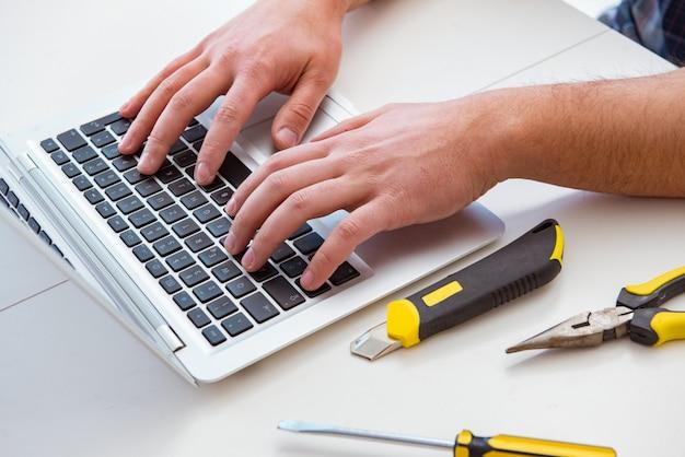 Komputerowy repairman naprawiania komputeru laptop