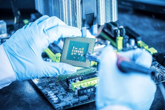 Komputery technika inżyniera przeglądają awarię.