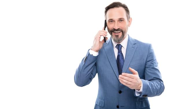 Komunikacja. biznesmen mówić na smartfonie. szef ma rozmowę. negocjacje biznesowe. kontakt głosowy. połączenie telefoniczne. starszy dyrektor generalny rozmawia przez telefon komórkowy. połączenie telefoniczne. technologia mobilna.