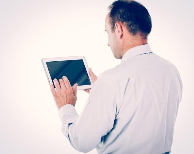 Komunikacja. biznesmen pracujący z tabletem na białym tle