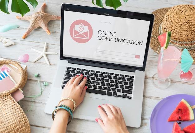 Komunikacja online koncepcja koperty na stronie internetowej