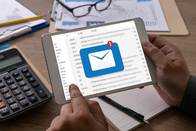 Komunikacja pocztowa komunikat o połączeniu z kontaktami mailowymi telefon global letters concept przeglądanie komputera komunikacja