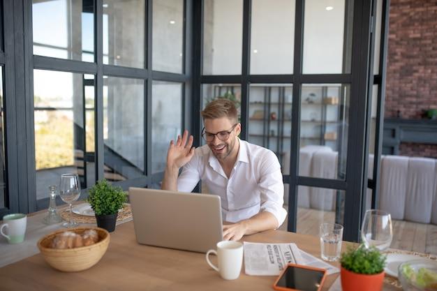 Komunikacja zdalna. mężczyzna z handoma posiadający rozmowę wideo podczas pracy