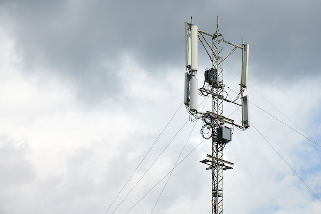 Komunikacyjna komórkowa wieża sygnalizacyjna. stacja bazowa sygnału telefonicznego. wieża repeatera anteny miejskiej. ostrzeżenie o burzy.