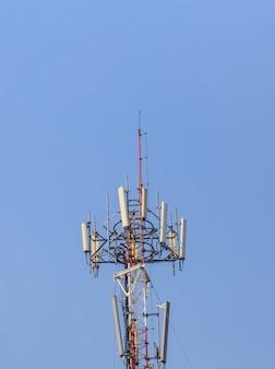 Komunikacyjna poczta na niebieskim niebie