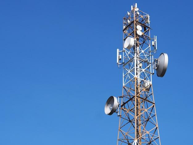 Komunikacyjny wierza z zmierzchu niebieskiego nieba tłem