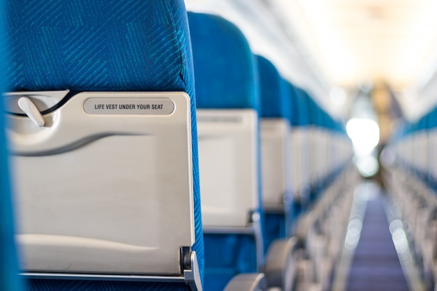 Komunikat bezpieczeństwa na siedzeniach pasażerskich samolotu