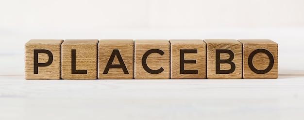Komunikat placebo napisany na blokach. efekt placebo, fałszywe leczenie