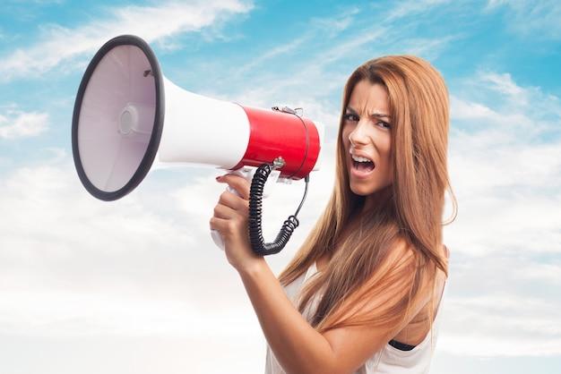 Komunikować ludziom dziewczyna publicznym ogłoszeniu