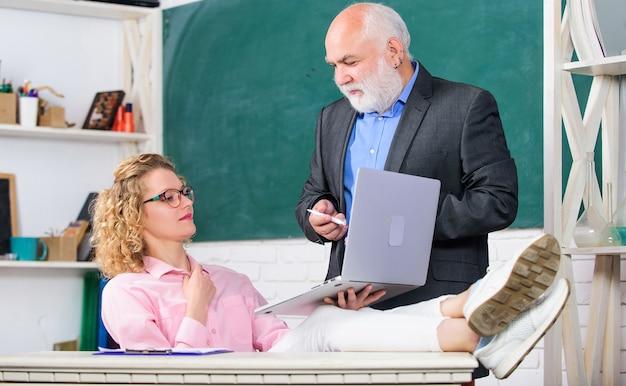 Komunikuj się jasno i skutecznie. nowoczesna szkoła. nauczanie prywatnych lekcji to świetny sposób na dzielenie się wiedzą. mężczyzna dojrzały nauczyciel i beztroska studentka z laptopem. uczelnia licealna.