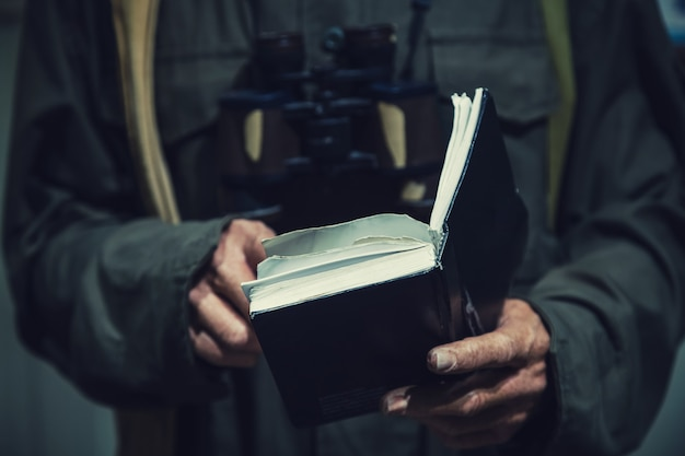 Komunizm mężczyzna czyta starą książkę