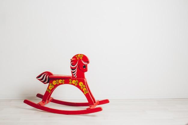 Koń na biegunach dla dzieci na białym tle