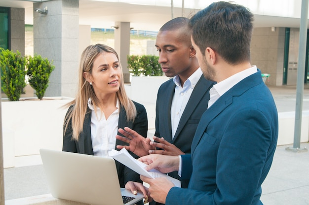 Koncentrują się koledzy biznesowi kłócą się