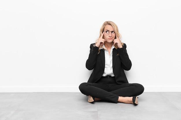 Koncentrując się i intensywnie myśląc nad pomysłem, wyobrażając sobie rozwiązanie problemu lub problemu