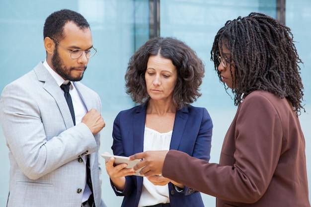 Koncentrujący się biznesowi koledzy z pastylka komputerem osobistym