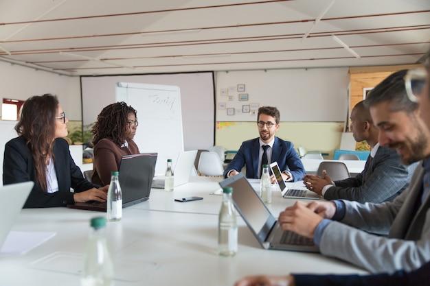 Koncentrujący się lider komunikujący się z pracownikami