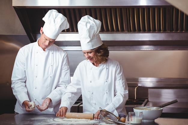 Koncentrujący się szef kuchni przygotowywa tort