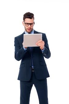 Koncentruje się biznesmen za pomocą cyfrowego tabletu