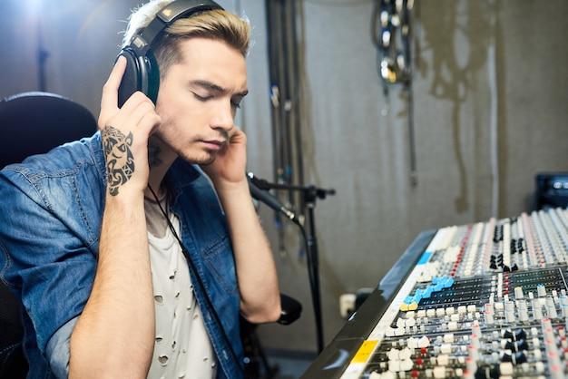 Koncentruje się mężczyzna słuchania nagrań muzycznych