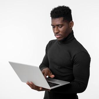 Koncentruje się mężczyzna za pomocą laptopa