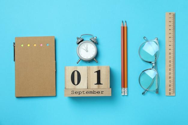 Koncepcja 1 września na niebieskim tle