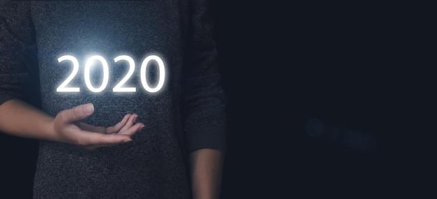 Koncepcja 2020. trzymaj rękę wirtualny gologram 2020 rok. rozwój nowych technologii i innowacji.