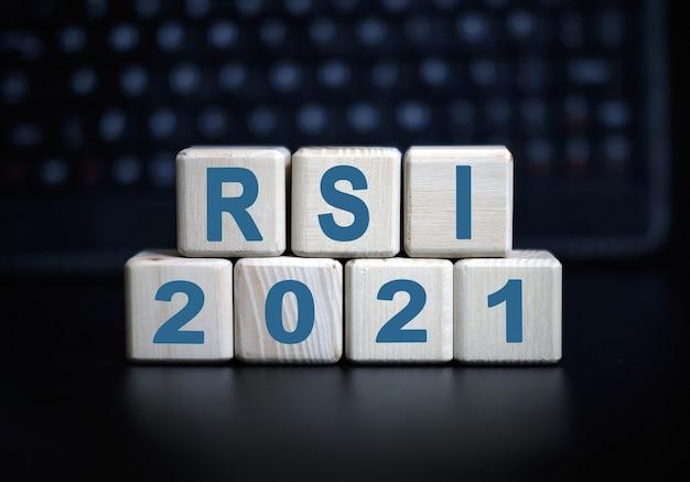 Koncepcja 2021 tekst rsi w drewnianych kostkach na czarnej klawiaturze