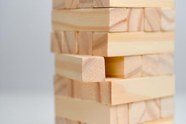 Koncepcja analizuje wielką datę. drewniane klocki na białej przestrzeni.