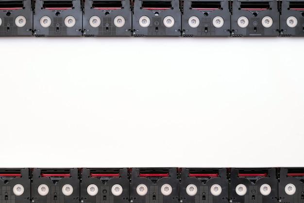 Koncepcja analogowego ekranu filmowego wykonana z kaset magnetofonowych mini dv w stylu vintage.