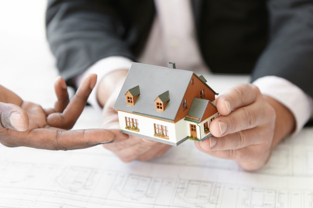Koncepcja architektury, budownictwa i konstrukcji. przycięte ujęcie przedstawiające dwóch inżynierów oceniających projekt nowego projektu mieszkaniowego.