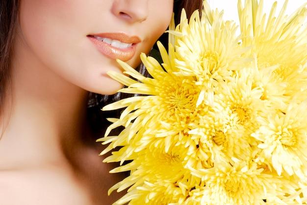 Koncepcja aromaterapii. close-up kobieta pół twarzy