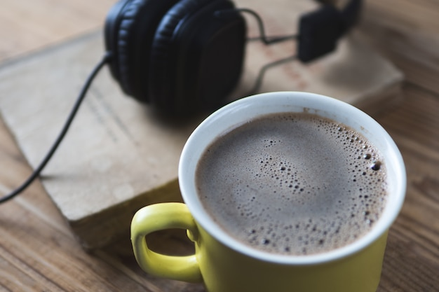 Koncepcja audiobooka i filiżanka kawy