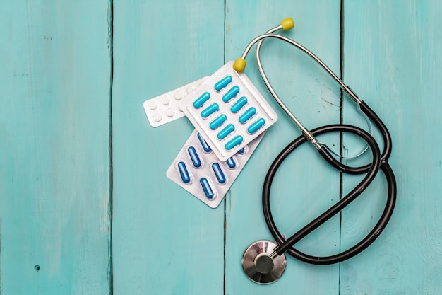 Koncepcja badania klinicznego, stetoskop, pigułki