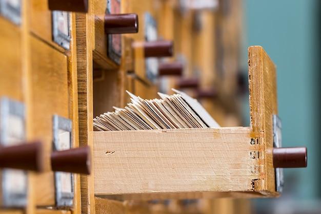 Koncepcja bazy danych. szafka vintage. karta biblioteczna lub katalog plików.